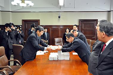 仁坂吉伸知事に署名を手渡す稲葉真也会長(右)