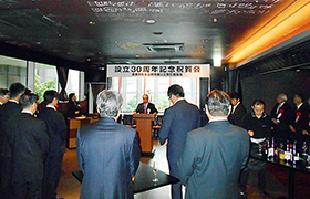 創立30周年記念祝賀会であいさつする高橋会長
