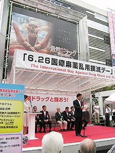 新宿駅東口の広場に会場が設けられた
