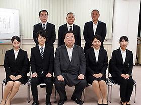 前列中央の岩城会長と4人の奨学生たち