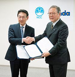 握手するNCC・堀田知光理事長(左)とPMDA・近藤達也理事長