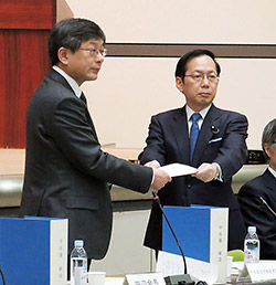 答申書を竹内副大臣(右)に手渡す田辺会長