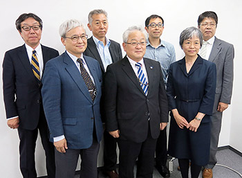 前列中央の木平会長を中心に新たに選任された副会長ら