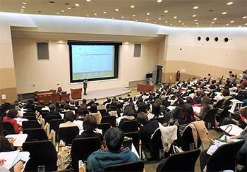 東京薬科大学の卒後教育講座は毎回、盛況だ