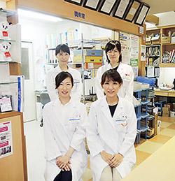 薬剤師の宮野氏(前列左)、二五田氏(前列右)ら薬局のスタッフ