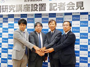 会見後に握手を交わす左から宮川繁氏、澤芳樹氏、山田邦雄氏、徳増有治氏