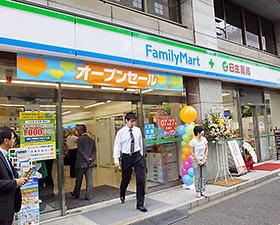 ファミリーマート+日生薬局御成門店。右側の調剤薬局エリアには店内の出入口からも直接行き来できる