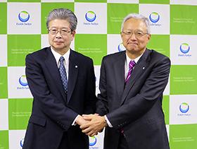 握手する眞鍋氏(左)と中山氏