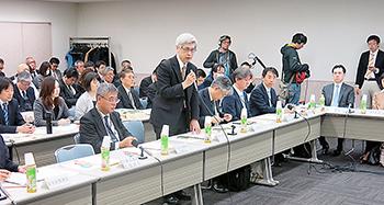 あいさつする武田局長(前列左から2人目)