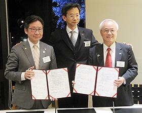 前列左から石垣会長と章理事長