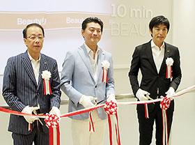 オープニングセレモニーで(左から)マツモトキヨシ大田貴雄社長、マツモトキヨシHD松本清雄社長、同HD松本貴志常務