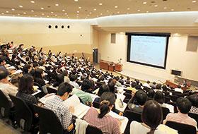 東京薬科大学の卒後教育講座は希望者が多く、常に満員状態だ