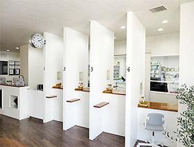 明るく清潔さを重視した薬局待合室