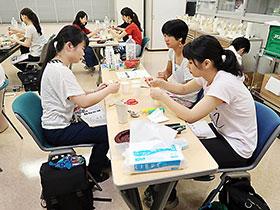 とろみ剤を作る学生たち