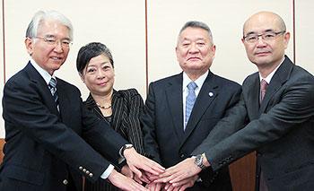 左から片岡氏、戸須氏、吉澤靖之東京医科歯科大学学長、横田氏