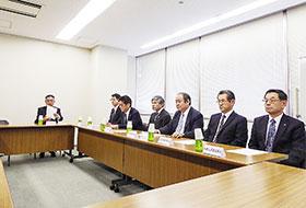 記者会見する2府5県の薬剤師会会長