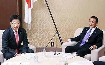 閣僚折衝する加藤厚労相(左)と麻生財務相
