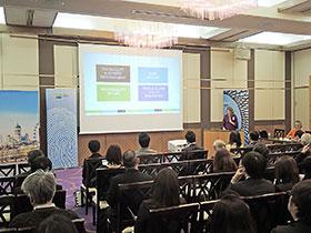 製薬会社の関係者らが参加した大阪での講演会