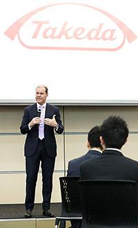新入社員を前にウェバー武田薬品社長CEOも激励