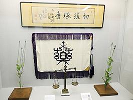 最初の校章・校旗と長井長義氏の書「切磋琢磨」