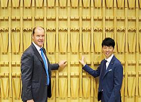 左から武田薬品のクリストフ・ウェバー社長、クリエイティブディレクターとして新本社のデザインを担当したクリエイティブスタジオ「SAMURAI」の佐藤可士和氏(壁面は漢字の「未来」をモチーフとしたデザイン)