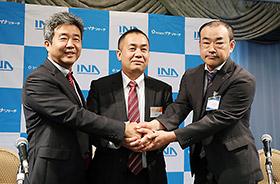 提携3社ががっちりと握手(一番右がイナリサーチの中川賢司社長)