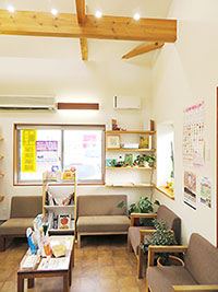 天井が高く、開放感のある待合室(佐久平もみの木薬局)