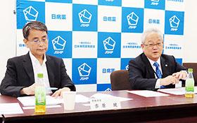 {卉(上)+木(下)}原専務理事(左)、木平会長