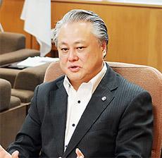 会見する鈴木俊彦事務次官