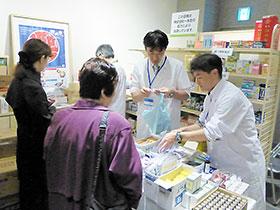 模擬薬店では薬剤師らが薬の使用法などを説明(昨年の風景より)