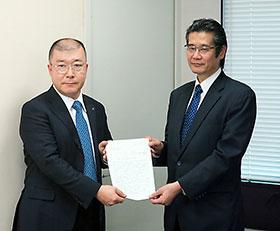 日医の釜萢常任理事(左)が宇都宮健康局長に要望書を手渡した