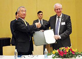 独占的契約を交わし、握手する下田社長(左)とフィッカン会長