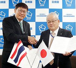 協定書に調印した日病薬の木平会長(右)とタイ病薬のAmnouy Preukpakpoom会長