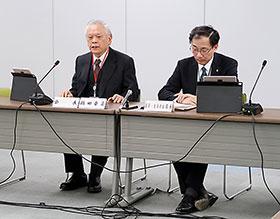 会長に選出された橋田氏(左)
