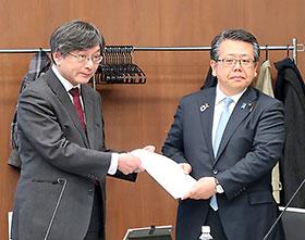田辺国昭会長(左)から大口善徳副厚労相に答申書が提出された