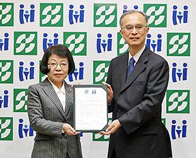 協定書に調印した昭和薬科大学・山本恵子学長(左)と国立成育医療研究センター・五十嵐隆理事長
