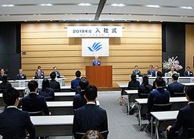 写真は田辺三菱製薬の入社式の様子