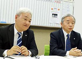 会見する吉田社長(左)と西井会長