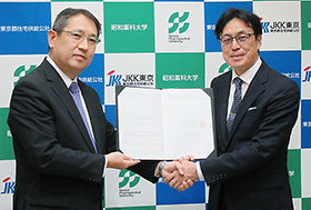 協定書に調印した昭和薬科大学・元木和幸理事長(左)と東京都住宅供給公社・千葉裕理事