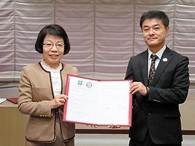 協定書に調印した山本恵子学長(左)と関根克敏会長
