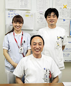 ポリファーマシー適正化に取り組む宝塚市立病院薬剤部のスタッフ。前列が吉岡薬剤部長