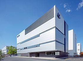 竣工した製造棟(奥2棟)と、4月に完成した本社・研究棟(手前)