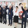 万歳三唱で初当選を喜ぶ本田氏(左から5人目)