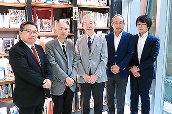 講師陣(左2人)と近畿大学の岩城正宏薬学部長(中央)、京都廣川書店の廣川重男社長(右から2人目)ら。5人は協会理事を務める