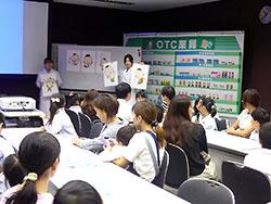 3日間で延べ500人近くの親子が参加。薬科大学の学生が講師を務め市販薬の使い方を解説した