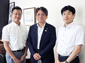 滋賀県薬会長の大原氏(中央)、常務理事の村杉氏(左)と大西氏