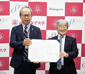 協定を交わした篠塚和正薬学部長(右)、西宮市薬の鄭淳太会長