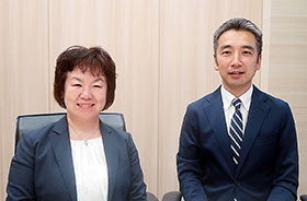 市販後調査企画マネジメント部長の鈴木由美子氏(左)とバイオメトリクス・データマネジメント統括部長の河合統介氏