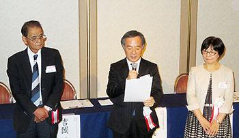 共同宣言を読み上げる3団体の代表