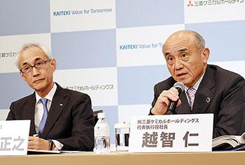会見する三菱ケミカルホールディングスの越智仁社長(右)、田辺三菱製薬の三津家正之社長